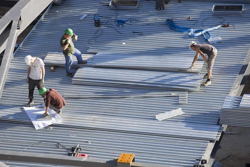 Kładzenie dachu płaskiego to nie jest zbyt wysoki koszt, dlatego jesli się nadaje do budowy, warto pomyśleć właśnie o dachu płaskim