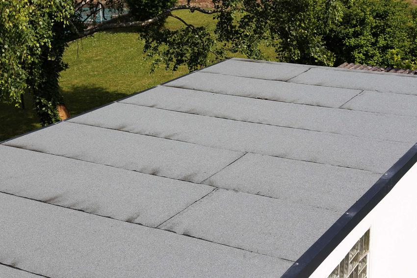 Płaski dach to rozwiązanie niemalże dla wszystkich dachów i inwestorów. Jest to także mniej kosztowna opcja