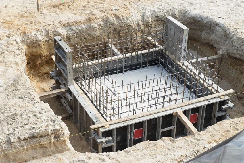 Fundamenty z płyty fundamentowej trzeba w trakcie zrobiejnia zostają pokryte metalową siatką. Kolejnym krokiem jest zastosowanie izolacji termicznej i przeciwwilgociowej