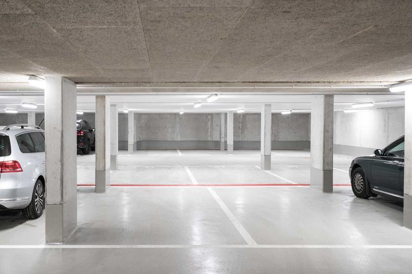Miejsce w garażu podziemnym można zapewnić sobie w spółdzielni, lecz można także kupić je od razu z mieszkaniem. Najczęściej jest to koszt kilkudziesięciu tysięcy.