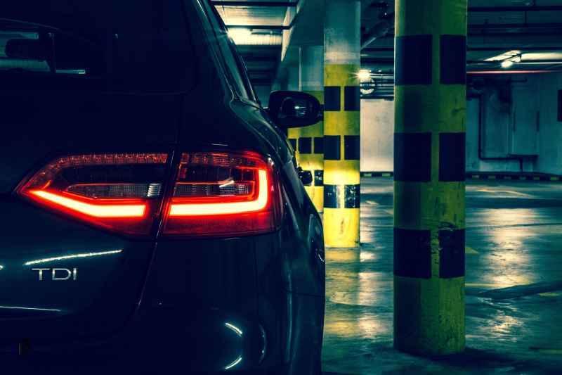 Miejsce postojowe w garażu podziemnym ze stojącym na nim samochodzem, a także wybór miejsca postojowego