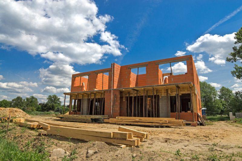 Budowa domu o wielkości między 100 a 150 metrów jest nieco mniej kosztowna niż większego - przedstawiamy cennik budowy domu.