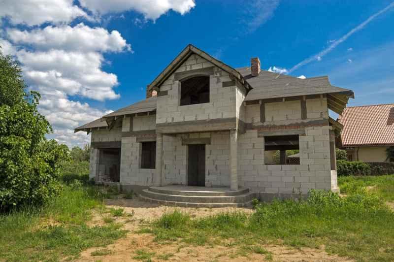 Domy drewniane czy murowane? Domy drewniane mają niezwykły urok, ale cena domów murowanych jest znacznie bardziej atrakcyjna.