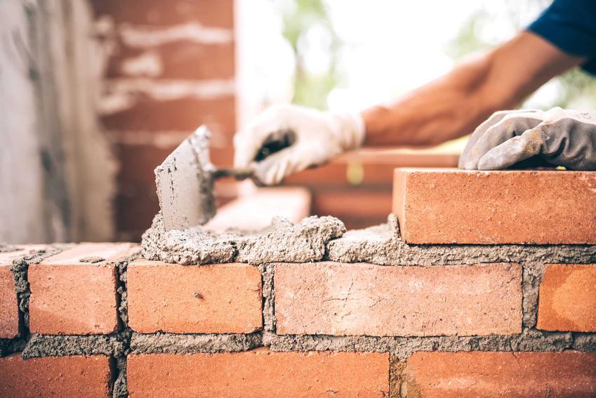 Roboty murarskie, czyli postawienie ścian zewnętrznych, nośnych i działowych, a także wykonanie stropów, to bardzo ważny element budowy każdego domu jednorodzinnego.