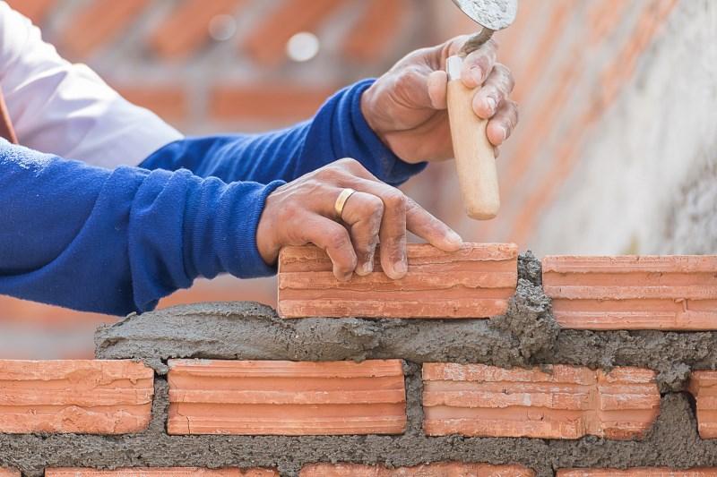 Zaprawa wapienna i cementowo-wapienna do złączenia cegły kratówki przy murowaniu niewielkiego murka