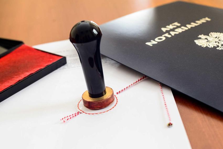 Spadek po rodzicach powinien zostać poświadczony prawnie, aktem notarialnym. Mieszkanie w spadku może być zapisane w testamencie.