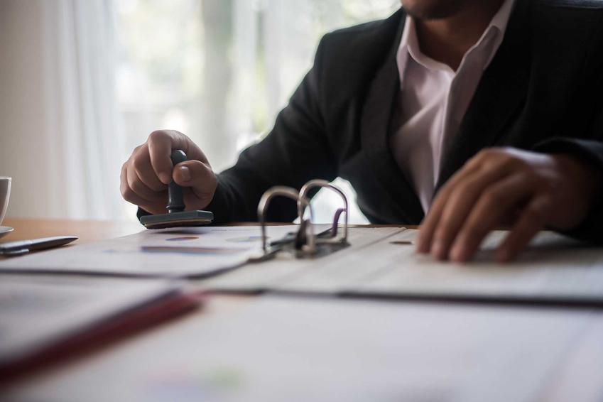 Notariusz swoim podpisem poświadcza ważność umowy między osobami kupującymi i sprzedającymi mieszkanie, dzięki temu możesz uzyskać wpis do księgi wieczystej