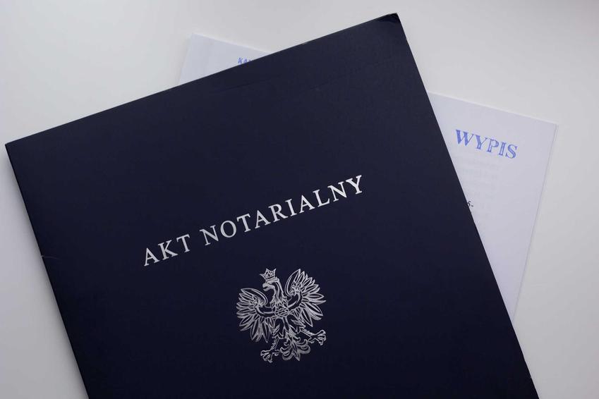 Akt notarialny w teczce od notariusza, a także księgi wieczyste online, odpisy, sprawdzanie, jak czytac księgi wieczyste