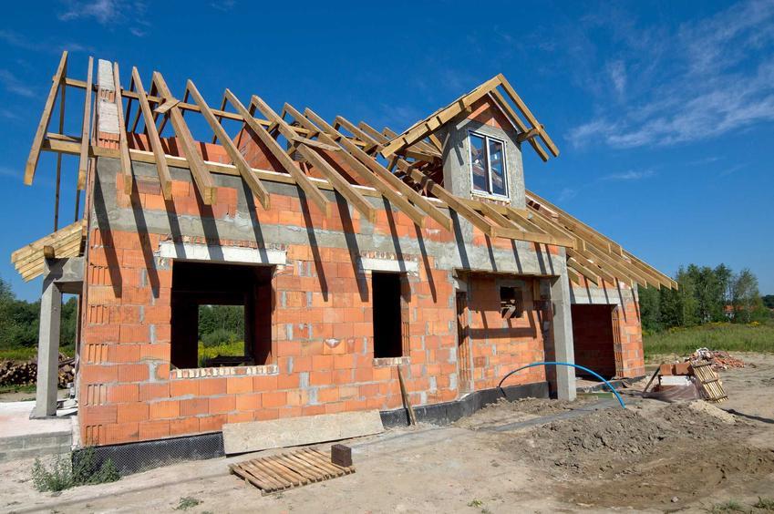 Dom jednorodzinny na placu budowy, a także budowa domu bez pozwolenia na budowę, formalności, kary, najważniejsze informacje