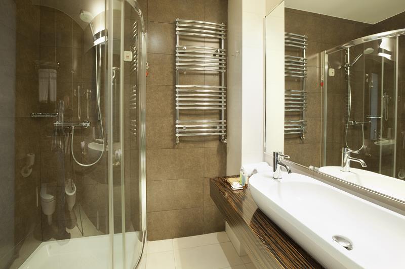 Szkło hartowane w łazience jako ściana do prysznica, a także szkło hartowane do kuchni i do łazienki krok po kroku