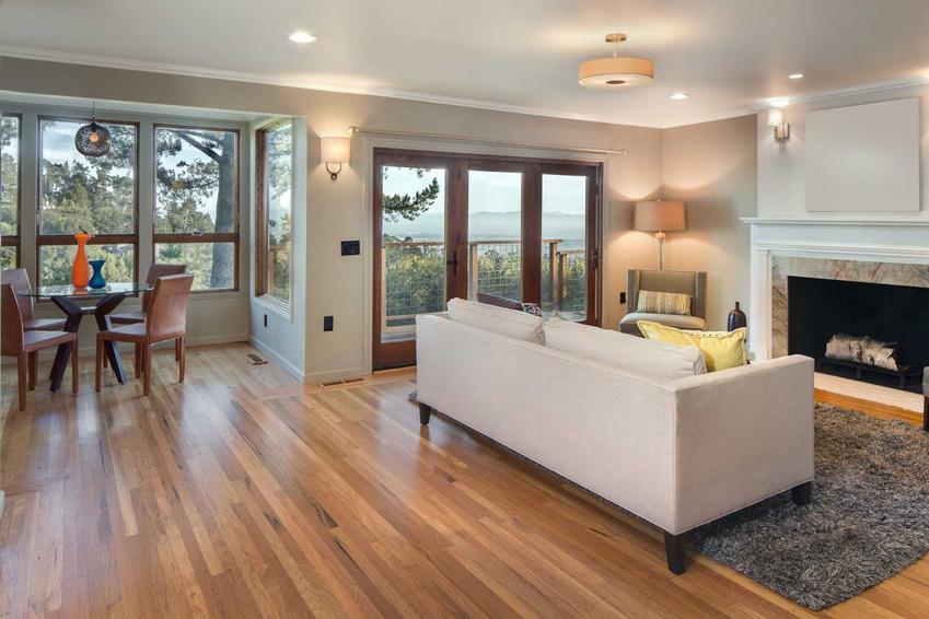 Najlepsza podłoga do salonu to oczywiście drewno. Jest ona bardzo atrakcyjna, bardzo ładnie się prezentuje i jest łączona z elegancją.