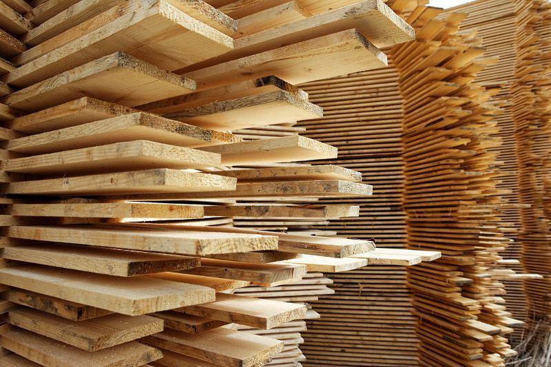 Klasy drewna konstrukcyjnego drzew liściastych i iglastych informują nas o jego jakości i trwałości, a także o odporności na rozciąganie i zginanie