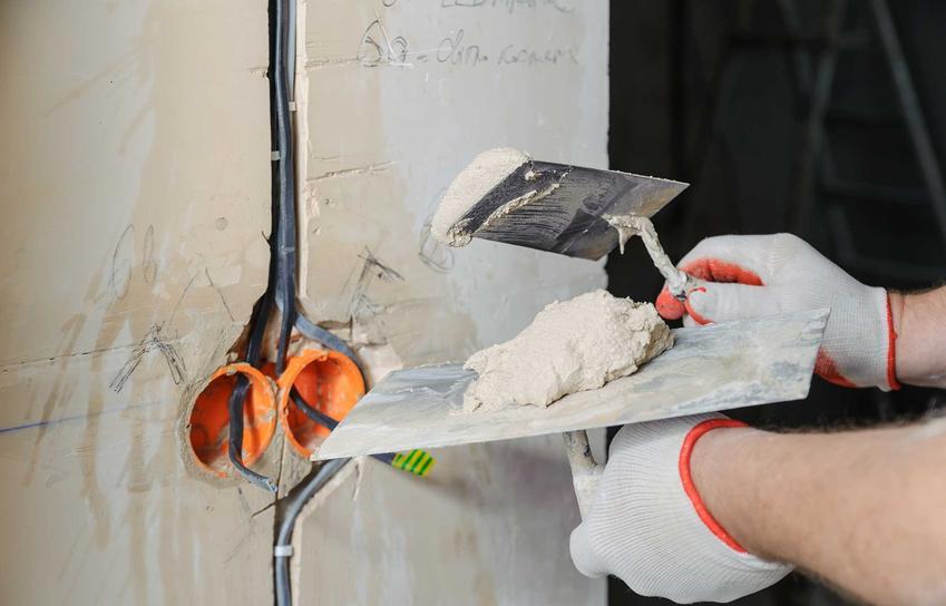 Przewiercony przewód w ścianie można połączyć, ale należy zrobić dostęp do ściany, zamontować specjalne połączenia i dopiero naprawić przewód.
