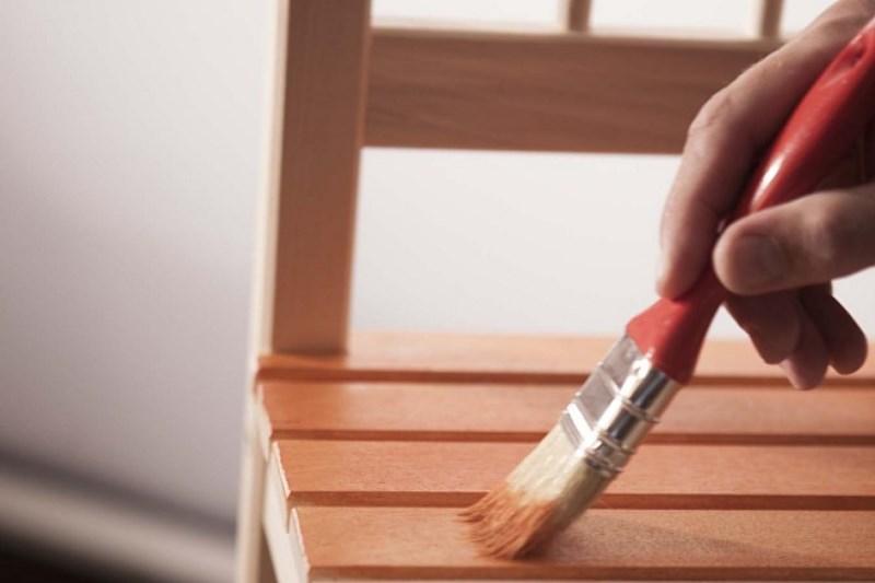Farba do malowania mebli to najłatwiejszy sposób na odnowienie starych mebli i zniszczonego drewna. Cena farby do mebli nie jest szczególnie wygórowana.