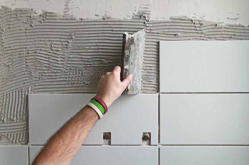 Ściany w małej łazience, podobnie jak podłoga to zdecydowanie największy wydatek. Duża inwestycja jest jednak na całe lata.
