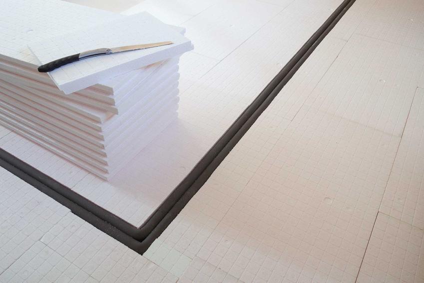 Kładzenie styropianu i jego rodzaj jest zależny od wielu czynników, na przykład od rodzaju podłoża, na którym znajduje się budynek.