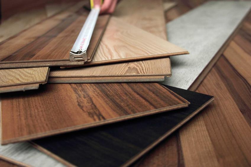 Układanie paneli podłogowych wymaga zamontowania izolacji. Panele układa się na wcześniej zamontowaną izloację akustyczną, na przykład piankę polipropylenową.