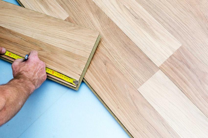 Panele podłogowe mają różne kolory i wzory. Zanim zaczniesz je układać, należy je dokładnie wymierzyć i odpowiednio przygotować posadzkę.