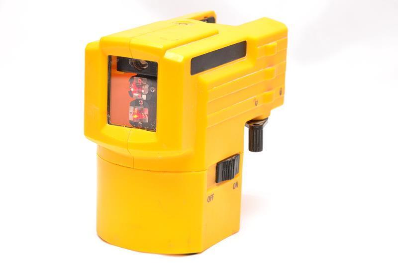 Poziomica laserowa w trakcie stosowania, a także modele i producenci najlepszych poziomic, zalety oraz cena urządzeń