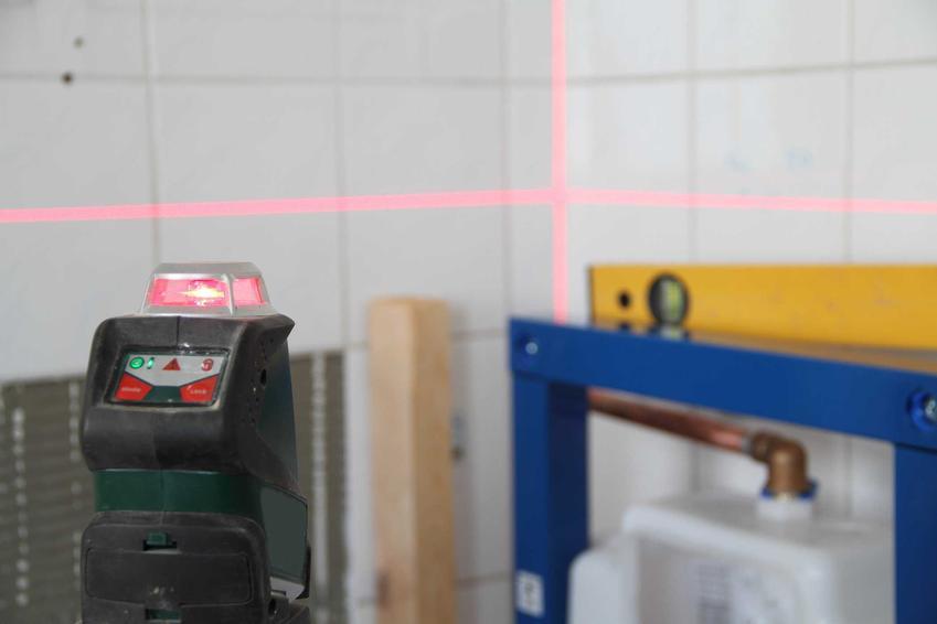 Poziomica laserowa to świetne rozwiazanie. Dzięki niej można wyznaczyć poziom, jej używanie nie jest trudne, a większość modeli, nawet tych tańszych ma niskie ceny.