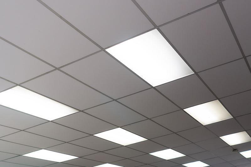 Kasetony sufitowe czasami robi się także z płyt karton-gipsowych. Są lekkie i ładnie się prezentuja, zwłaszcza w biurach.