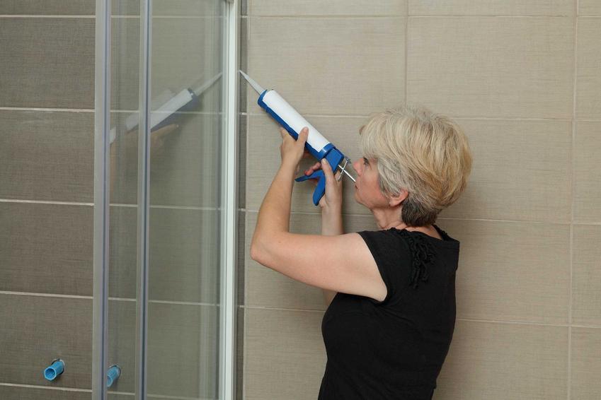 Uszczelnianie silikonem kabiny prysznicowej jest najlepszym sposobem na zabezpieczenie kabiny przed wyciekaniem wilgoci. Posiada także właściwości grzybobójcze, więc chroni podwójnie.