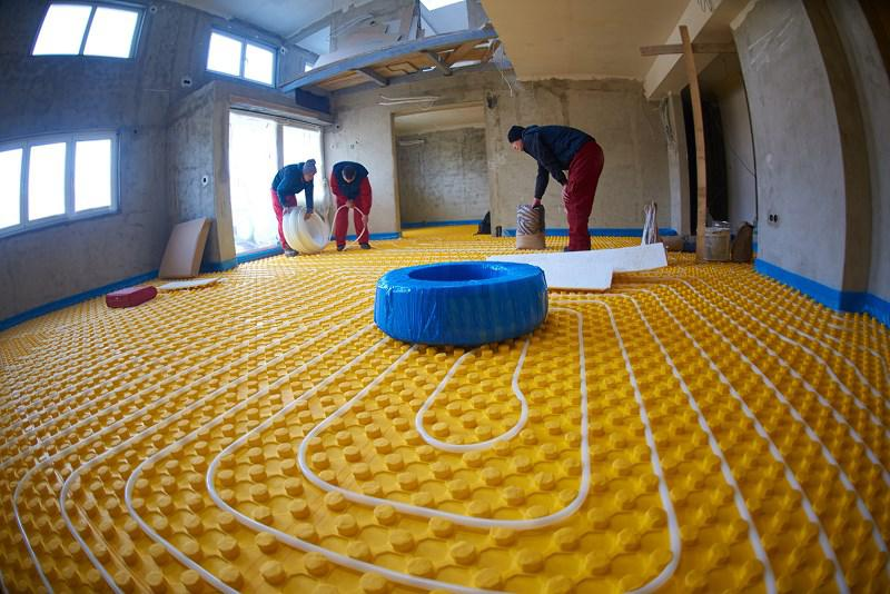 Cena ogrzewania podłogowego - jaki jest koszt wykonania podłogówki samodzielnie, a jakie cenniki mają firmy