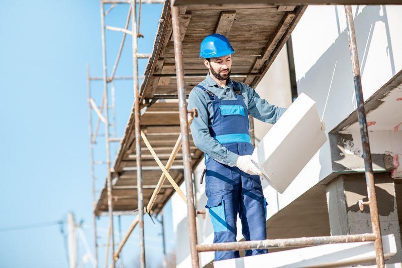 Koszt ocieplenia budynku wełną mineralną lub styropianem trzeba porównać. Wszystko zależy od tego, jaka grubość i termoizolacyjność styropianu cię interesuje