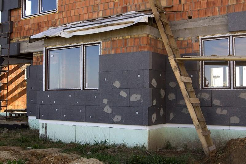 Ocieplenie domu ciemnym styropianem krok po kroku lub wełną mineralną, a także wady i zalety, porady i opinie