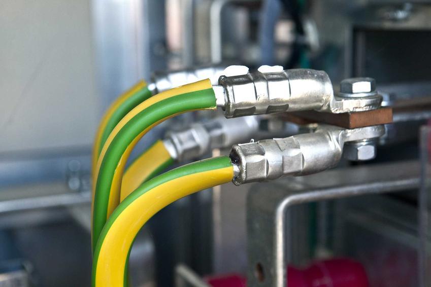 Przewód ochronny jest oznaczany kolorami żółtym albo zielonym. Jego zadaniem jest stworzenie bariery chroniącej przed porażeniem.