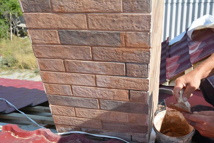Murowanie komina z cegieł nie jest trudne, ale najlepiej zlecić to profesjonaliście. Mozńa to łatwo zrobić jednak samemu.