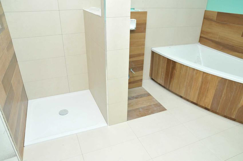 Prysznic bez brodzika powinien mieć zamontowane drzwi, które szczelnie oddzielą wodę od reszty łazienki.