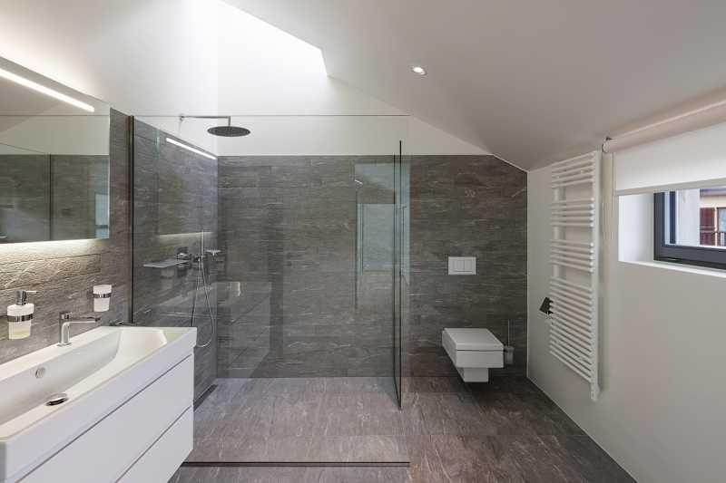 Prysznic bez brodzika w łazience, czyli kabina prysznicowa na płytkach z odpływem, a także zastosowanie, rodzaje, wady i zalety, opinie