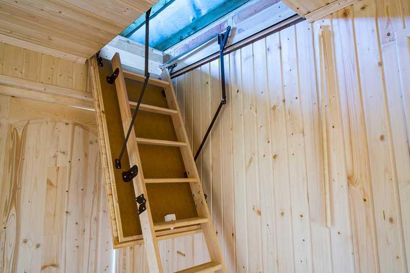 Schody strychowe na poddasze, a także rodzaje schodów strychowych, materiały, zastosowanie oraz wykonanie schodów