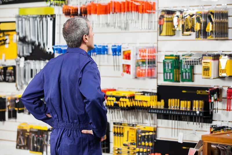 Mężczyzna robiący zakupy w markecie budowlanym, a także ranking marketów budowlanych i najlepsze markety krok po kroku