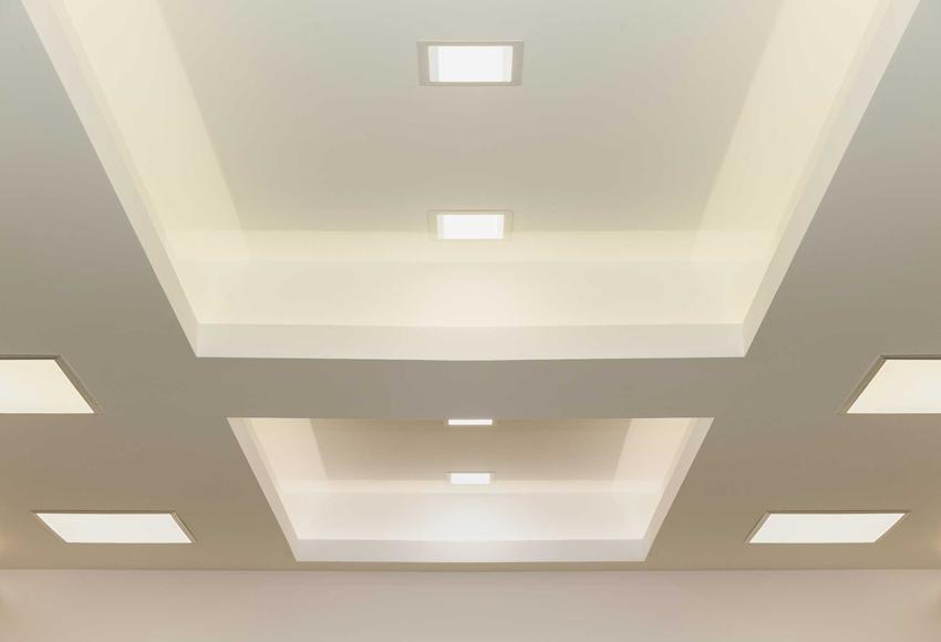 Sufit podwieszany to świetny sposób na zamaskowanie sufitu. Jest to tanie rozwiązanie, a tego rodzaju sufity oferowane są przez wielu producentów