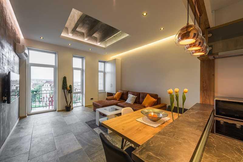Sufit napinany w domu jednorodzinnym, a także opinie, zastosowanie, tradycyjne sufity oraz płyt karton-gips