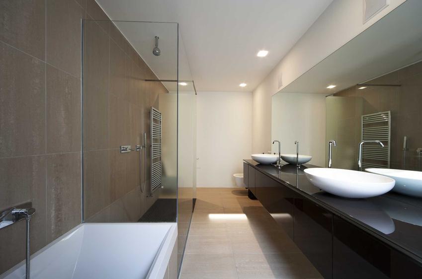 Wanna z prysznicem to bardzo wygodne rozwiązanie. Montaż prysznica na wannie nie jest trudny, a łazienka staje się o wiele bardziej uniwersalna.
