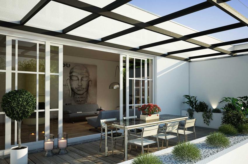 Zadaszenie tarasu wykonane z drewna może być wyposażone w świetliki dachowe z tworzywa sztucznego. Dzięki temu na taras dociera światło