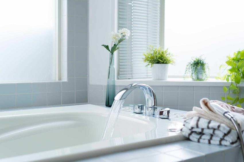 Bateria wannowa w nowoczesnej łazience w wannie, a także bateria wannowa jest najlepsza w łazience krok po kroku