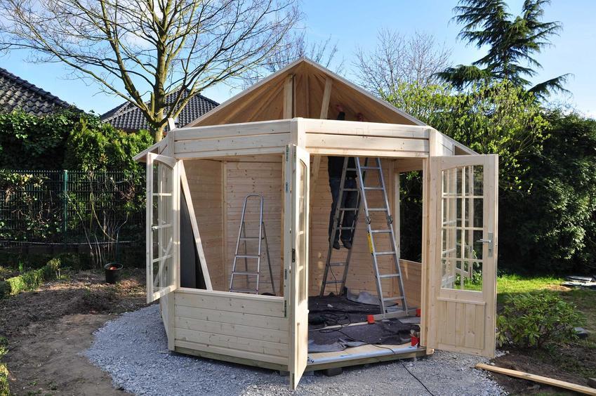 Budowa altany ogrodowej z drewna nie jest trudna. Można zrobić to samodzielnie, ale potrzebny jest projekt altany.
