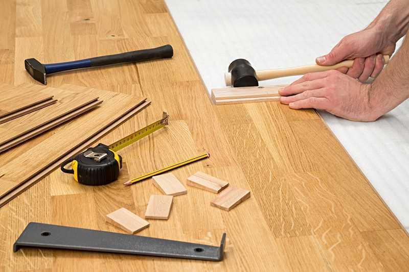 Układanie parkietu w salonie krok po kroku, a także cena, koszt ułożenia parkietu w salonie oraz wybór drewna na parkiet