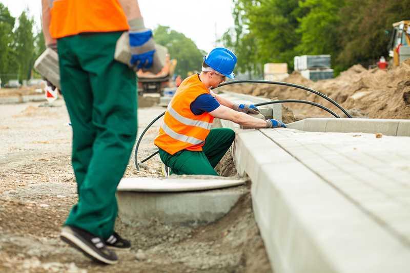 Krawężniki betonowe oraz obrzeża betonowe na podwórku i podjeździe, a także najlepsze produkty, opinie i procuenci oraz ceny