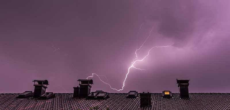 Instalacja odgromowa jest konieczna w każdym budynku, dzieli czemu budowla będzie chroniona przed piorunami.