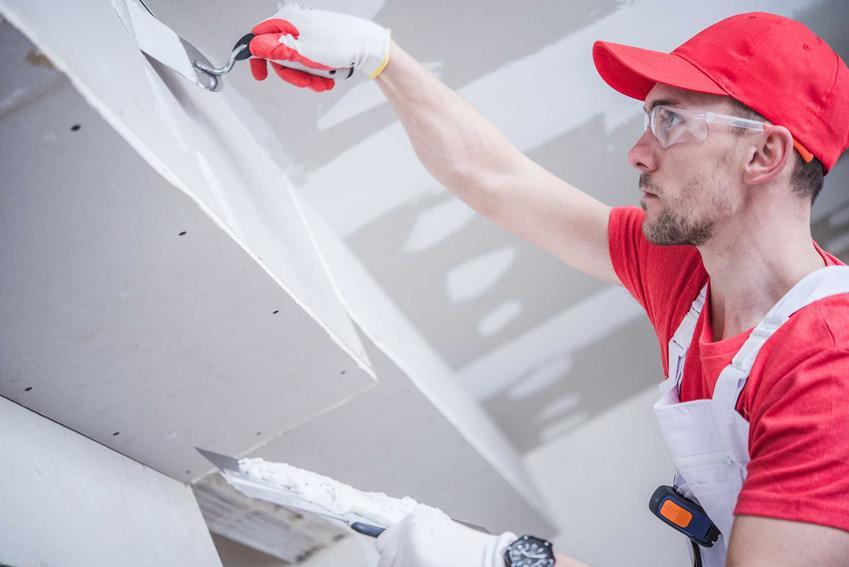 Cennik malowania ścian obejmuje także prace przygotowawcze, takiej jak zagruntowanie podłoża czy wyrównanie powierzchni. Koszt prac przygotowawczych jest zwiększony także o koszt materiałów.
