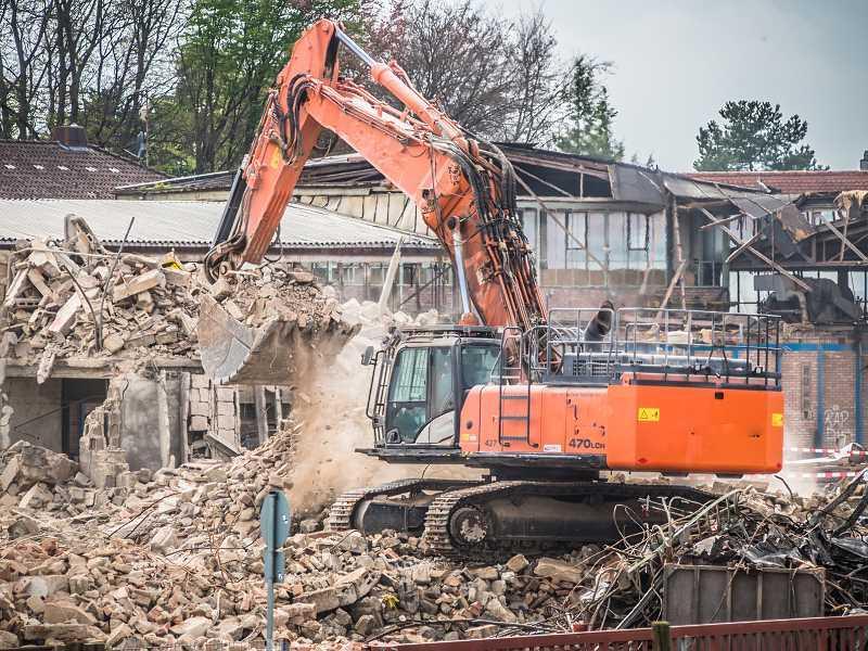 Cennik wyburzania budynków może być dość zróżnicowany. W koszt wyburzania budynków wchodzi także wywożenie gruzu.