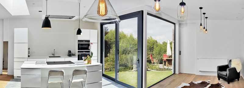 Nawiewniki okienne w dużych oknach panoramicznych w salonie, a także informacje o nawiewnikach krok po kroku
