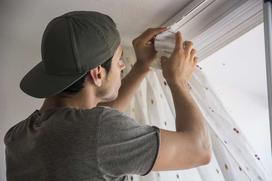 Karnisze sufitowe jako element wystroju okien - porady projektanta
