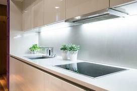 Oświetlenie podszafkowe w kuchni - taśmy LED, halogeny, a może coś innego?