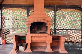 Murowany grill ogrodowy - z cegły, kamienia czy z klinkieru?